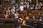 Irene Montero, aplaudida por su grupo parlamentario, tras su...