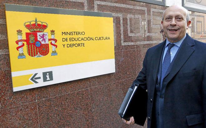 El ex ministro José Ignacio Wert, actual embajador de España ante la OCDE, en la puerta del Ministerio.