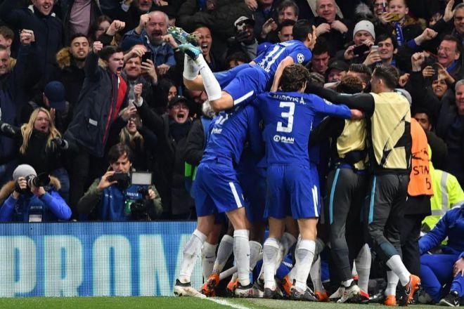 Los jugadores del Chelsea celebran el tanto de Willian frente al...