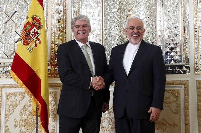 El ministro de Asuntos Exteriores, Alfonso Dastis, con su homólogo iraní, Mohamad Yavad Zarif , en Teherán.