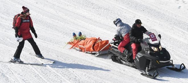 Delbosco siendo evacuado de la pista tras su caída.