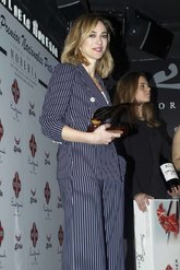 La actriz llevó un traje de rayas, una de las tendencias de la...