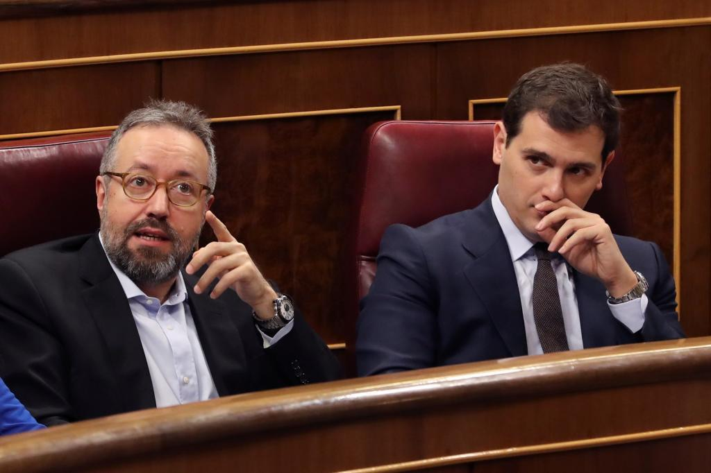 Juan Carlos Girauta y Albert Rivera, este miércoles en sus escaños del Congreso.