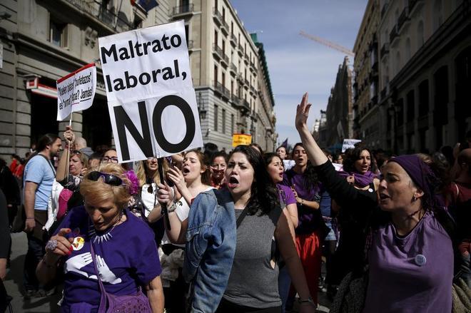 Una pancarta en la que se puede leer 'Maltrato laboral, NO', en una...
