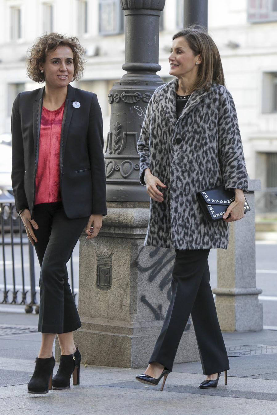 La Reina Letizia llegando a la reunión de trabajo con 'look' en tonos oscuros