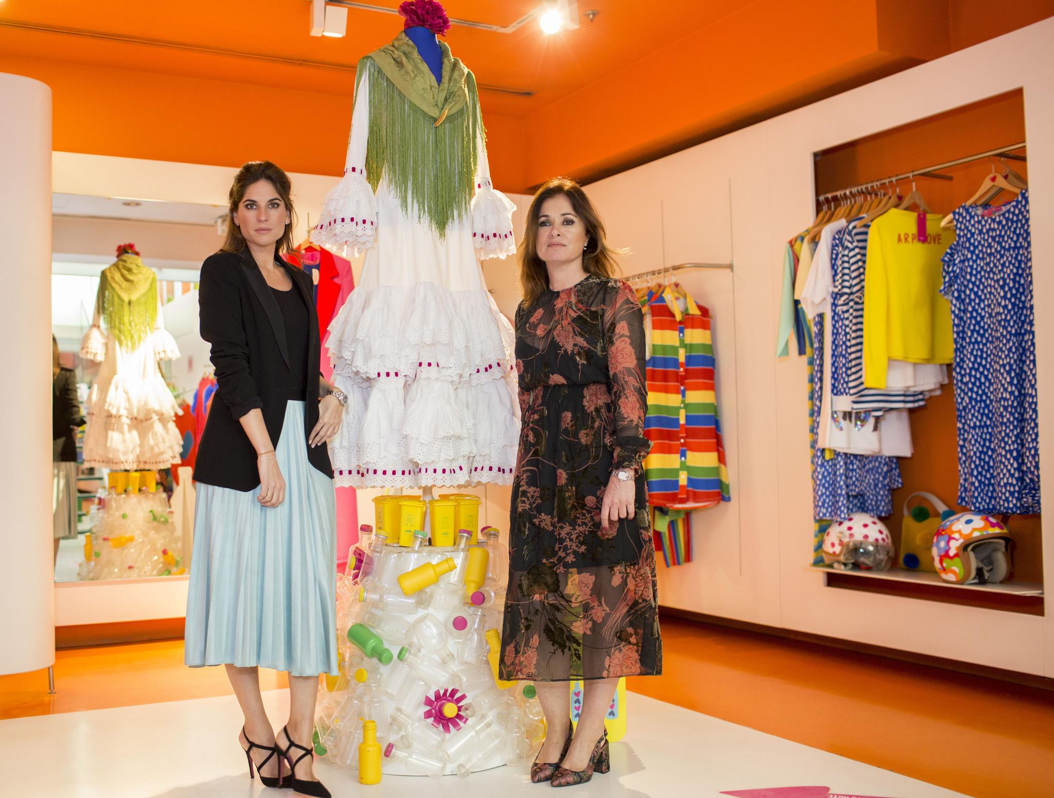 390964be21 Las diseñadoras Lourdes Montes y Rocío Terry junto a su creación  Reflejos  by Ecoembes  Sergio González