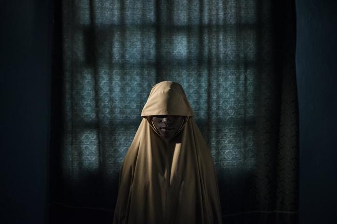 Retrato candidato al World Press Photo de Aisha, de 14 años, secuestrada por Boko Haram y obligada a inmolarse en una misión suicida.