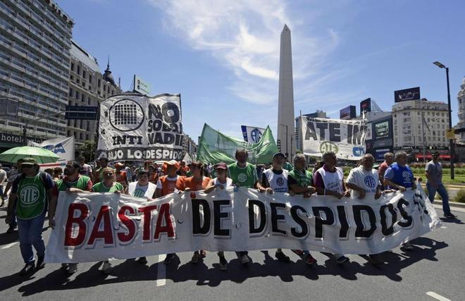 Funcionarios argentinos se manifiestan contra el Gobierno en las calles de Buenos Aires.