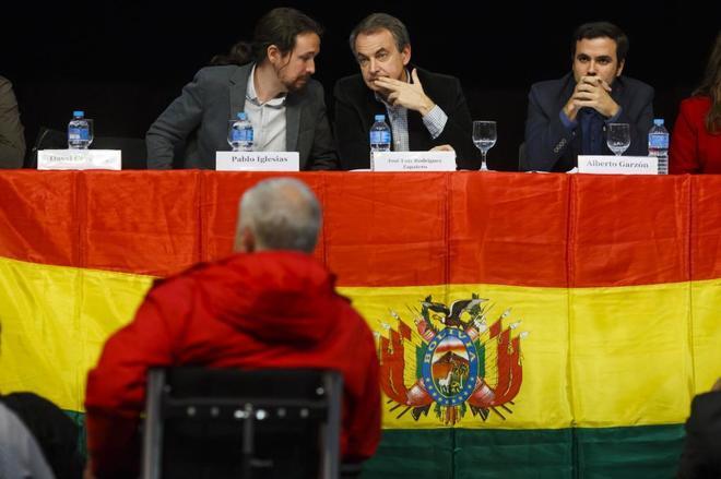 José Luis Rodríguez Zapatero, escoltado por Pablo Iglesias y Alberto...