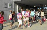 Niños entrando al colegio de Educacion Infantil y Primaria Sobirans,...