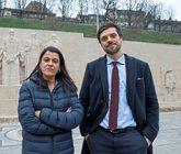Anna Gabriel, ayer en Ginebra, junto a su nuevo asesor suizo, Olivier...
