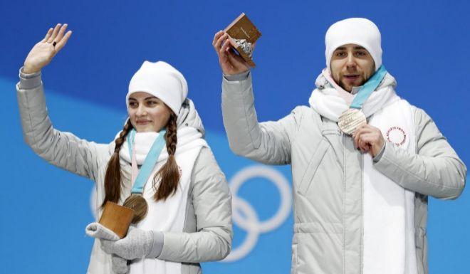 Aleksandr Krushelnitckii y Anastasia Bryzgalova, en la ceremonia de entrega