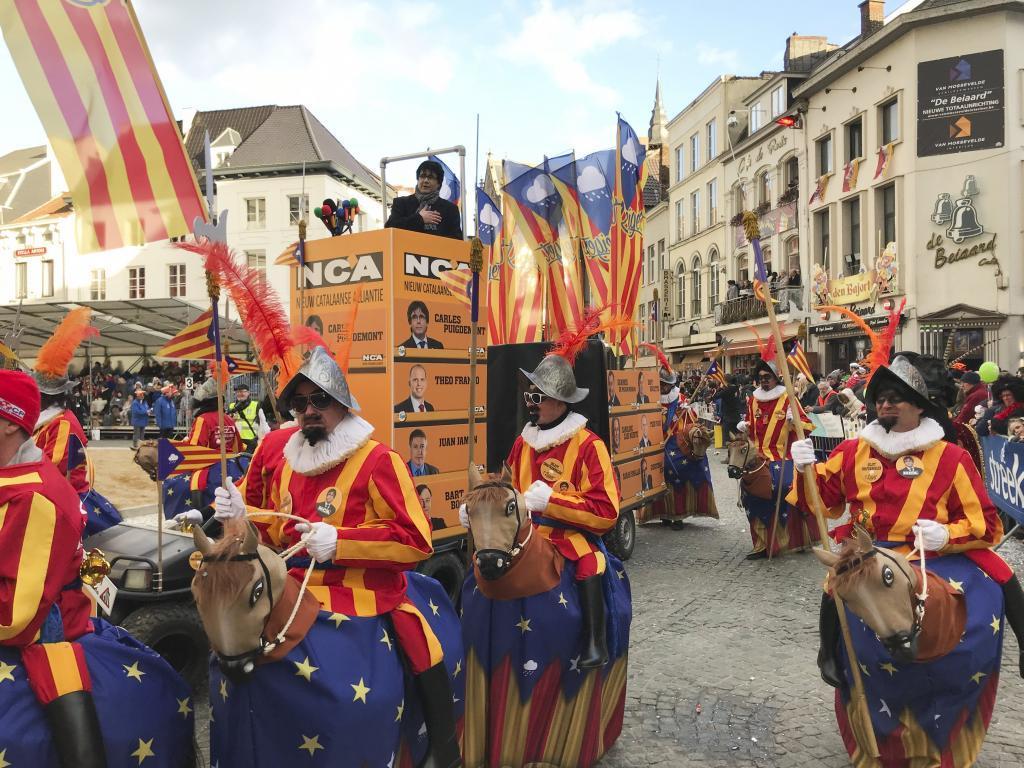 Un imitador de Puigdemont protagoniza una carroza en el desfile de...