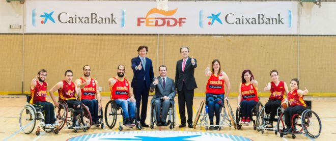Lete, Álvarez y Gual, en el centro, junto a varios jugadores de...