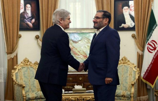 El ministro de Asuntos Exteriores, Alfonso Dastis saluda al presidente del Consejo Supremo de Seguridad Nacional de Irán, el contralmirante Ali Shamkhani, durante el encuentro mantenido este miércoles en Teherán.