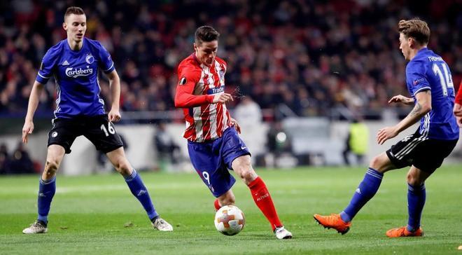 Fernando Torres se marcha con el balón durante el partido ante el Copenhague.