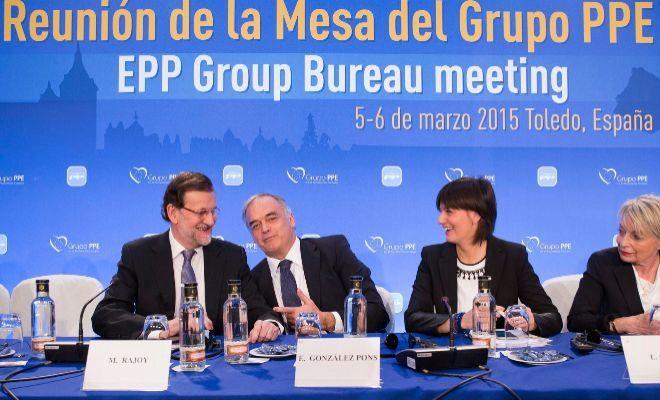 El presidente del Gobierno junto a Esteban González Pons en un acto del PP europeo