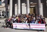 Miembros de la plataforma trans se concentran a las puertas del...