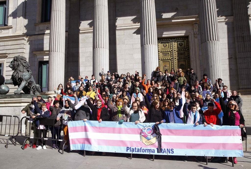 GRAF7862. MADRID, 23/02/2018.- Miembros de la plataforma trans se concentran a las puertas del Congreso al tiempo que la portavoz de Podemos, Irene Montero, presenta la Proposición de ley sobre la protección jurídica de las personas trans y el derecho a la libre determinación de la identidad sexual y expresión de género. EFE/ J.P.Gandul