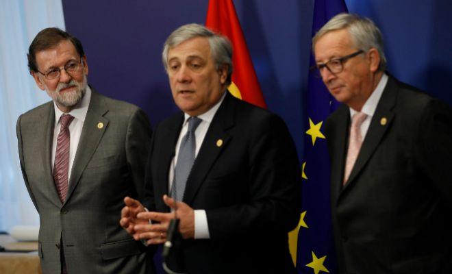 Mariano Rajoy, junto al presidente de la Eurocámara, Antonio Tajani, y de la Comisión Europea, Jean-Claude Junker.