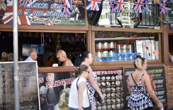Jubilados en un bar de rock en Benidorm