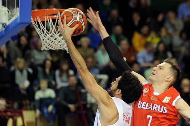 Beirán trata de encestar ante Salash, en el partido disputado en Minsk.
