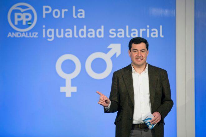 Juan Manuel Moreno, durante su intervención en Málaga en la clausura de un acto por la igualdad salarial.