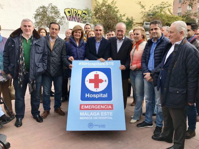 Dirigentes y cargos públicos del PP de Málaga en un acto de la campaña sobre el hospital.