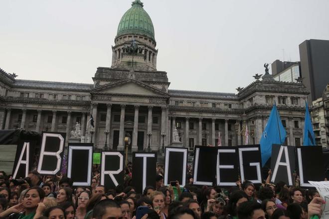 Cientos de personas se manifiestan, el 19 de febrero, para pedir que el Congreso apruebe un proyecto de ley que garantice el aborto seguro, legal y gratuito en Argentina.