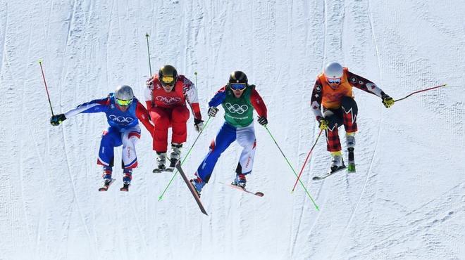 Varios participantes en la prueba de 'freestyle' de skicross.