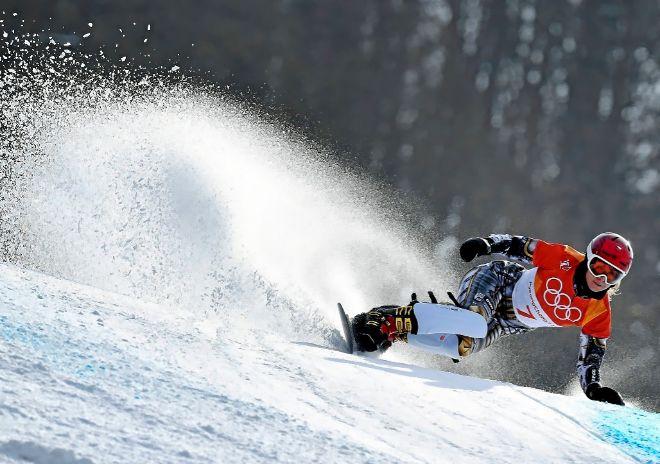 Ester Ledecka, durante el gigante paralelo de snowboard, en el que consiguió el oro.