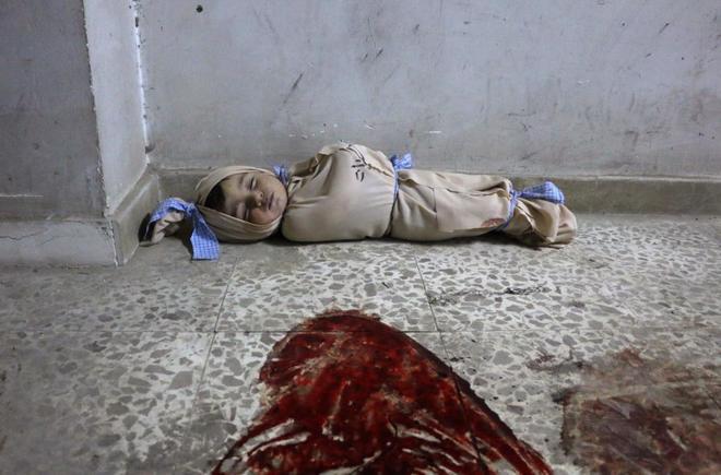 Imagen de un bebé sirio muerto y amortajado en el suelo del hospital de Douma.