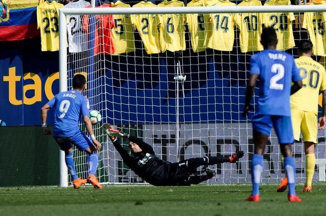 Sergio Asenjo, en el momento en el que para el primer penalti a Ángel.