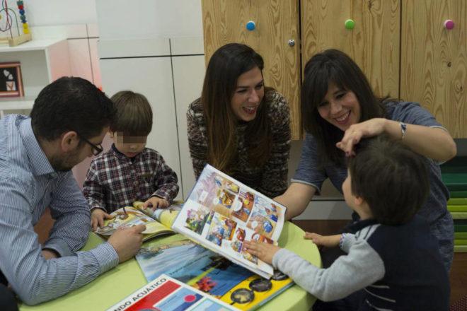 Carmen Laborda, psicóloga de FEDER, junto a una familia.