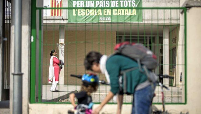 Pancarta reivindicativa del catalán en la escuela en un colegio de Berga (Barcelona).