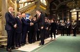 El Rey Felipe VI saluda al consejero delegado de la asociación GSMA,...