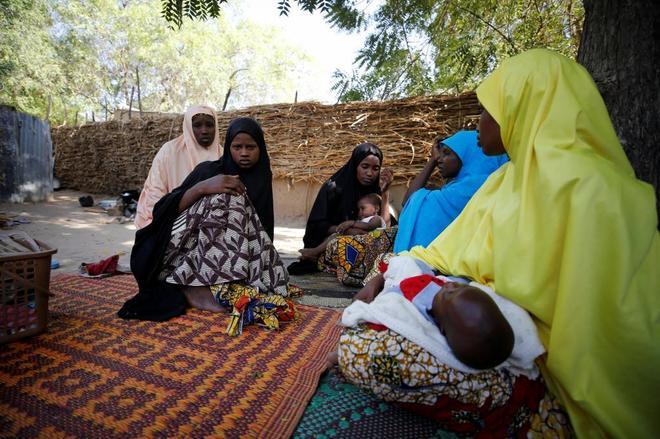 Familiares realizan una visita de condolencia a la madre de una de las niñas secuestradas en Dapchi.