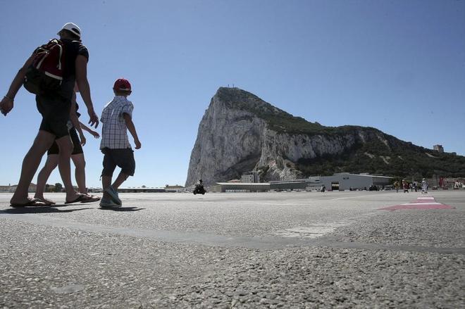 Varios turistas caminando por el aeropuerto de Gibraltar.