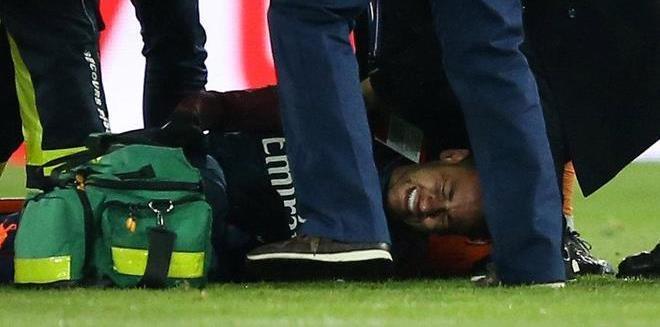 Neymar, nada más lesionarse durante el duelo ante el Olympique de...