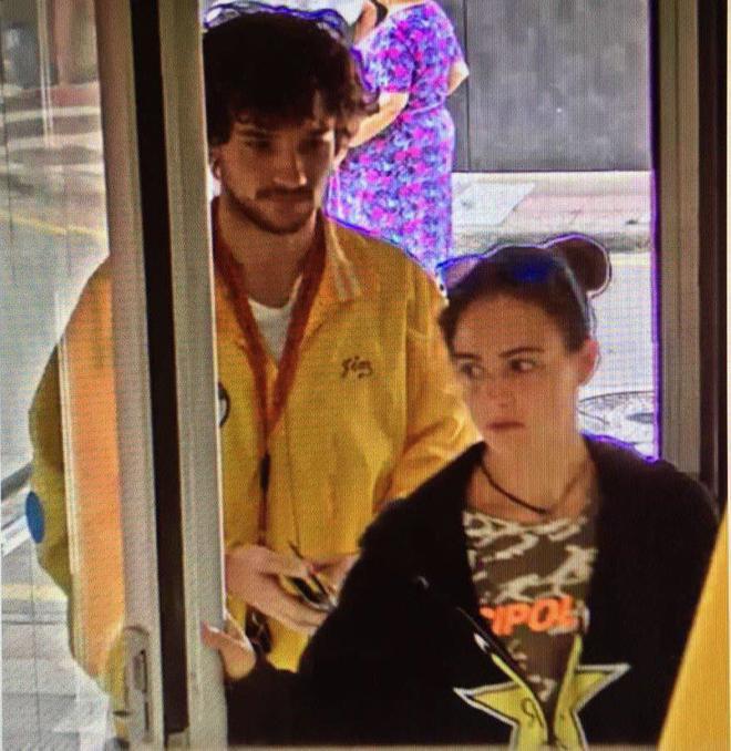 Marc y Paula, captados por la cámara de un banco antes de su...