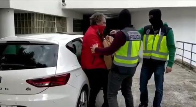 Sito Miñanco, custodiado por dos agentes de la Policía, hace unas...