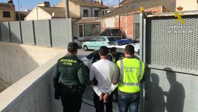 La Guardia Civil custodia al ahora arrestado