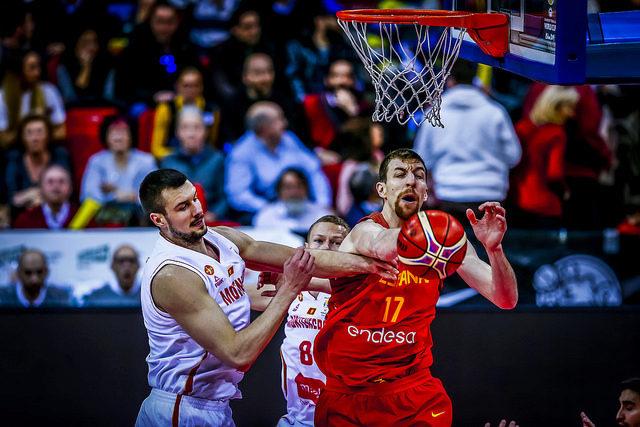 Fran Vázquez disputa el balón con un jugador montenegrino.