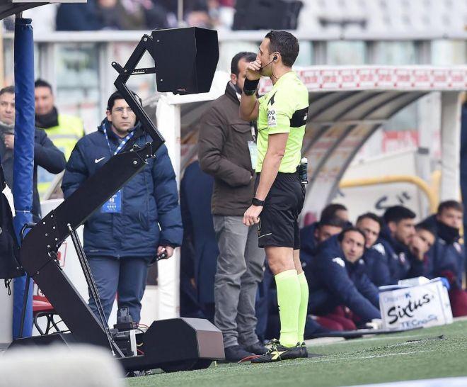 Rosario Abisso consulta el VAR durante el Torino vs Udinese de la Serie A.