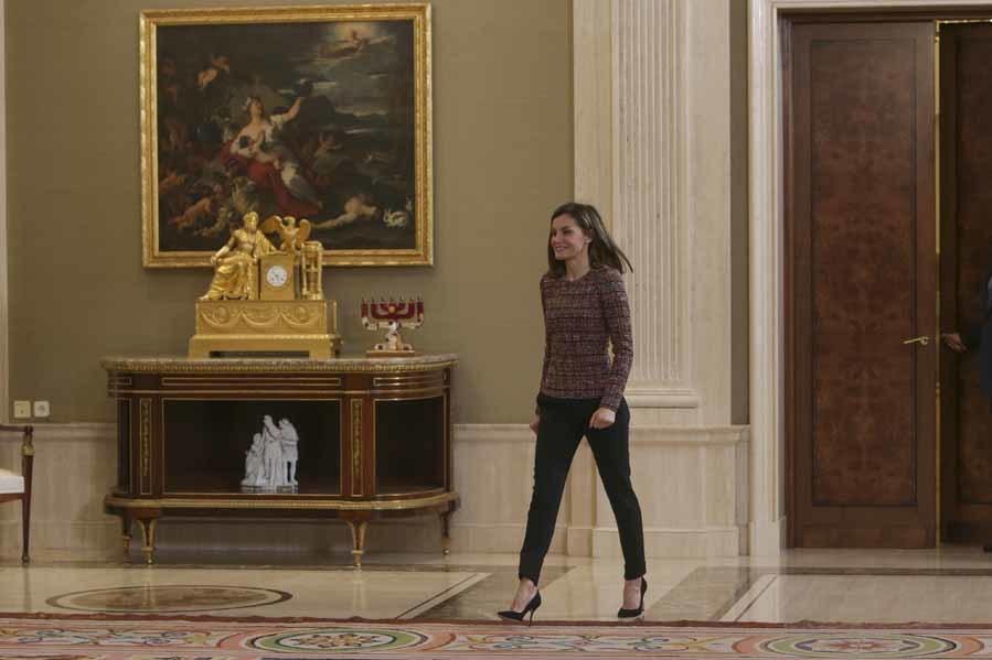 La Reina ha elegido un look sobrio para recibir en Zarzuela a una...