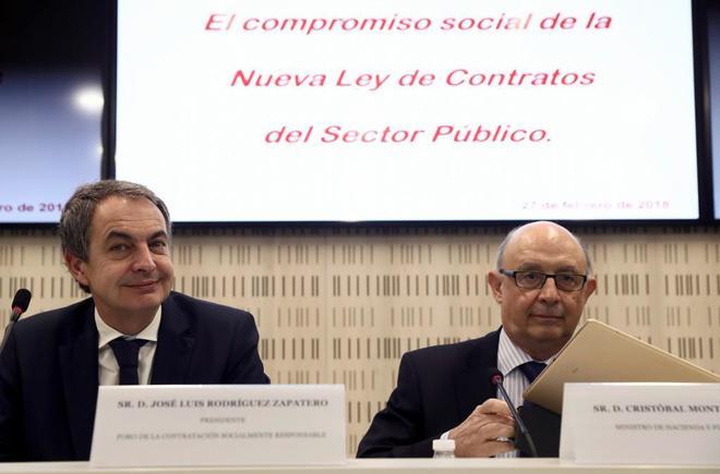 El ministro de Hacienda y Función Pública, Cristóbal Montoro (dcha....