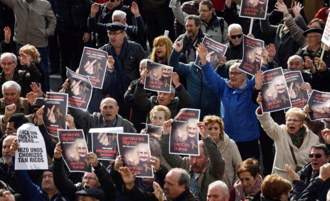 Jubilados y pensionistas se manifiestan en Bilbao en defensa de unas pensiones dignas,