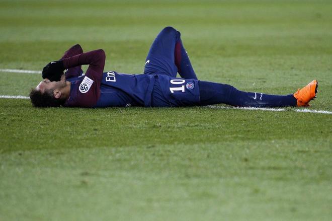 Neymar, tras sufrir el domingo su lesión en el pie derecho.
