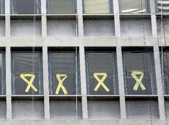Lazos amarillos de apoyo a los presos inculpados por el procés...