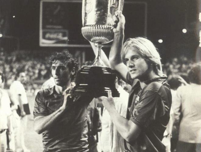 Los jugadores del Barcelona Schuster y Quini levantan la Copa del Rey.
